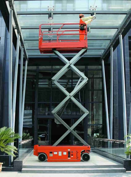 产品展示 自行式高空作业平  1, 自行升降机,台面控制行走及转向,能够